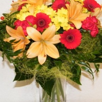 Spalvinga šiuo metu žydinčių gėlių puokštė
