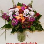 margaspalvė sezoninių gėlių puokštė