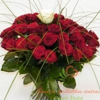 Raudonų rožių puokštė su balta centre