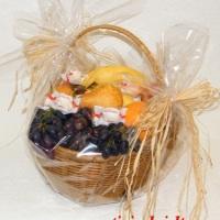 Vaisių krepšelis su vynuogėm