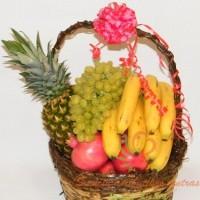 Vaisių krepšys su ananasais