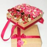 saldainių ir gėlių kompozicija dėžutėje