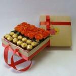 Gėlės ir saldainiai dėžutėje dovana Mmai