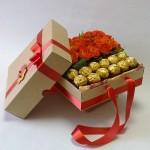 saldainia su rožėmis dėžutėje