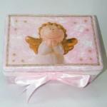 Medinė rožinė krikštadėžė su angelu