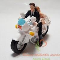 Jaunieji su motociklu, torto figurėlė