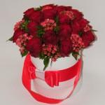 Rožių kompozicija baltoje apvalioje dėžutėje