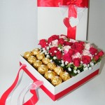 baltų ir raudonų rožių kompozicija dėžutėje su saldainiais rocher ferrero