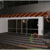 Klaipėdos medienos grupės pastato dekoravimas balionais L formos dekoracija