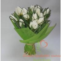 baltų tulpių pavasarinė puokštė į namus internetu