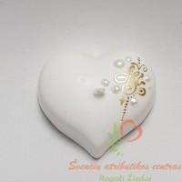 dekoratyvinė rankų darbo žvakė širdelės formos, žvakė širdelė, žvakė šeimos židiniui