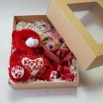 Spurgyčių kompozicija su meškučiu supakuota dėžutėje su skaidriu langeliu