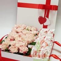 gėlių dėžutė, geles dezuteje, geles ir saldainiai, saldainiai ir geles