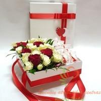 Baltoje dėžutėje baltos raudonos rožės su raffaelo