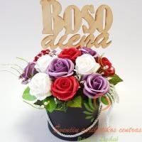 Muilo rožės pagamintos ir muilo, jos tirpsta šiltame vandenyje ir skleidžia švelnų aromatą. Rankų darbo gaminiai gali nežymiai skirtis forma, spalva, dekoravimu, nuo parodyto paveikslėlyje. Prekė siunčiama kurjeriu ar paštomatu supakuota kaip siuntinys. Norėdami pasveikinti bosą su boso diena užsisakykite prekę iš anksto ir pasiruoškite šventei. Kurjerių tarnyba tik pristato prekes, sveikinimų neperduoda ir eilių nedeklamuoja.