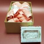Dovaną rinkinį sudaro: Iš šukuotinės medvilnės rankšluosčio suformuotas meškutis Itališkas muilas