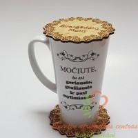 Du dideli Latte puodeliai su užrašais, ant vieno puodelio: Senelio puodelisant kito: Močiute, tu esi geriausia, gražiausia ir pati mylimiausia!
