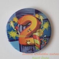 Metalinis gimtadienio ženkliukas su įsegimu, antro gimtadienio ženkliukas
